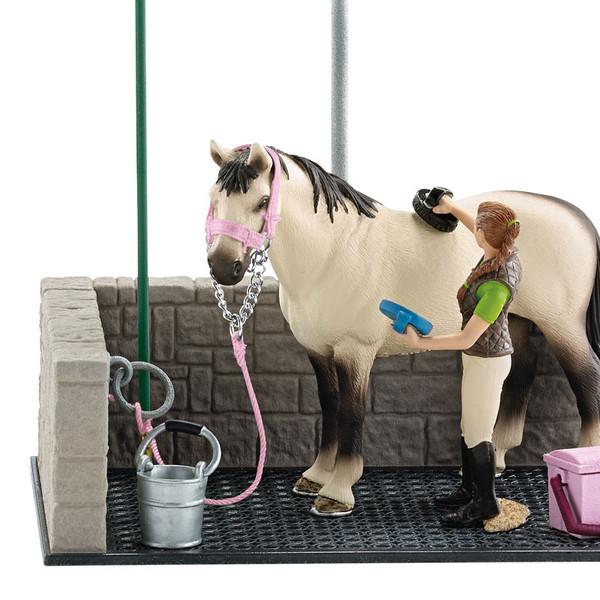 Бокс для мойки лошадейЛошадку важно не только расчесывать, но и мыть, чтобы она всегда осталась здоровой, а её шерстка – чистой и шелковистой. Но ведром из корыта не помоешь лошадку, поэтому для коня нужна специальная мойка. Набор сделан из пластика с примесью каучука. Туда входит стойло, где лошадка будет принимать водные процедуры: резиновый пол и «каменное» ограждение, а также душ, из которого удобно поливать животное, но можно это делать и ведром, которое тут тоже имеется. Симпатичную лошадку привязывают к специальном колечку, потому что некоторые лошадки любят больше оставаться грязнулями и намереваются сбежать. И все это делает девушка, чьи руки сделаны так, чтобы в них помещались щетка и скребок из набора для чистки коня. Ну а пока Ваш скакун избавляется от грязи и пыли, его сбруя должна где-то лежать – седло и уздечку можно положить на специальную подставку. Все отдельные части игрушки сделаны очень качественно с четкой детализацией.<br>
