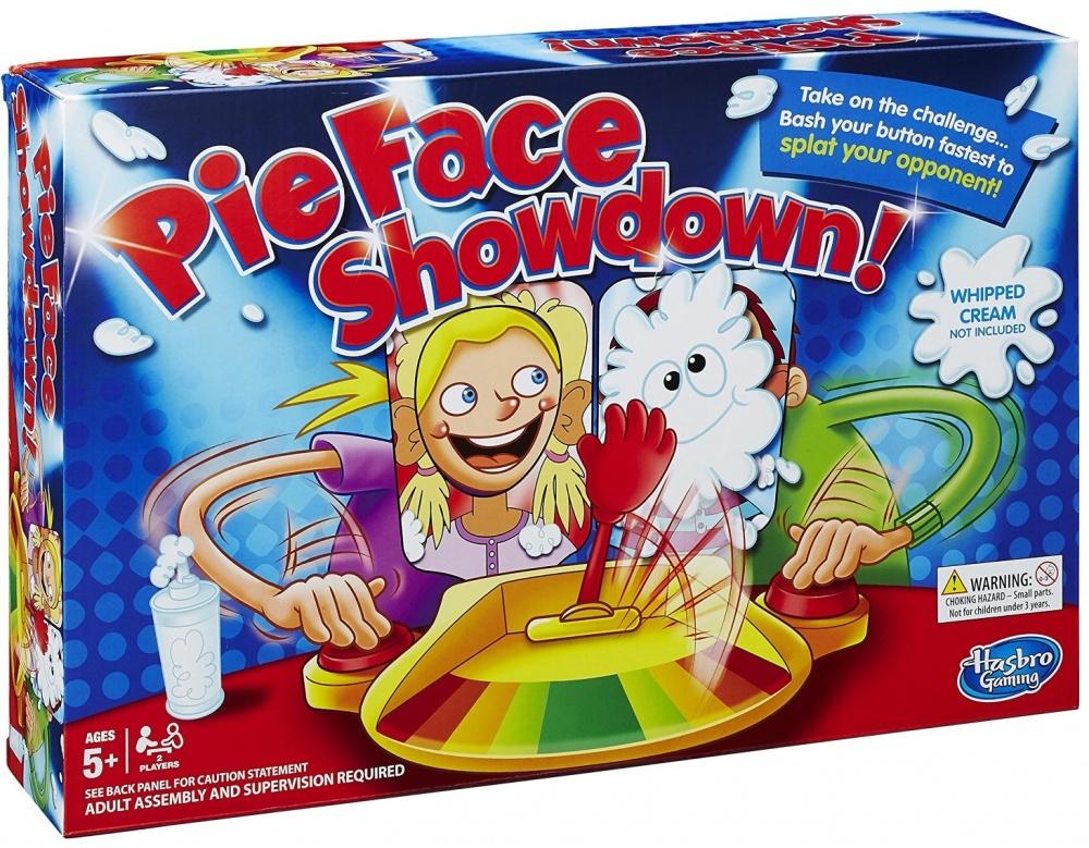 Настольная игра Other Games Пирог в лицо 2 участникаНастольная игра Пирог в лицо! для 2 участников от компании Hasbro - это абсолютно новая, усовершенствованная и по-настоящему соревновательная версия суперпопулярной игры! Игрокам предстоит предпринять все возможное, чтобы торт полетел в лицо сопернику, для чего необходимо нажимать на кнопку, расположенную рядом с каждым из них.Игровая механика игры Pie Face Showdown достаточно проста: напротив участников находится рука, которая в спокойном состоянии лежит четко посередине. Но стоит лишь начать нажимать на кнопки, как она начнет подниматься либо в сторону одного, либо другого игрока. От частоты нажатия зависит то, как сильно игрушечная рука смещается влево или вправо, и будет ли твое лицо чистым!Игра Пирог в лицо!, рассчитанная на 2 человек, послужит превосходным способом развлечься, поскольку она поднимает настроение своим ярким и привлекательным внешним видом, не требует много времени на подготовку и сборку, в ней нет каких-либо сложных или запутанных правил.Чтобы начать игру, необходимо поместить на руку-катапульту кусочек торта или, к примеру, немного кондитерской пены. После этого, нужно устроиться перед игровым полем таким образом, чтобы лицо оказалось в специальной маске с отверстием. Ну, а после команды к старту, начинать нажимать на яркую красную кнопку максимально быстро. Можно заранее договориться о количестве побед, необходимых для завершения партии или же играть до тех пор, пока обе физиономии не будут перепачканы сладкой вкуснятиной!Настольная игра Пирог (торт) в лицо! для 2 игроков прекрасно развивает соревновательный дух, а также тренирует скорость реакции и ловкость!<br>