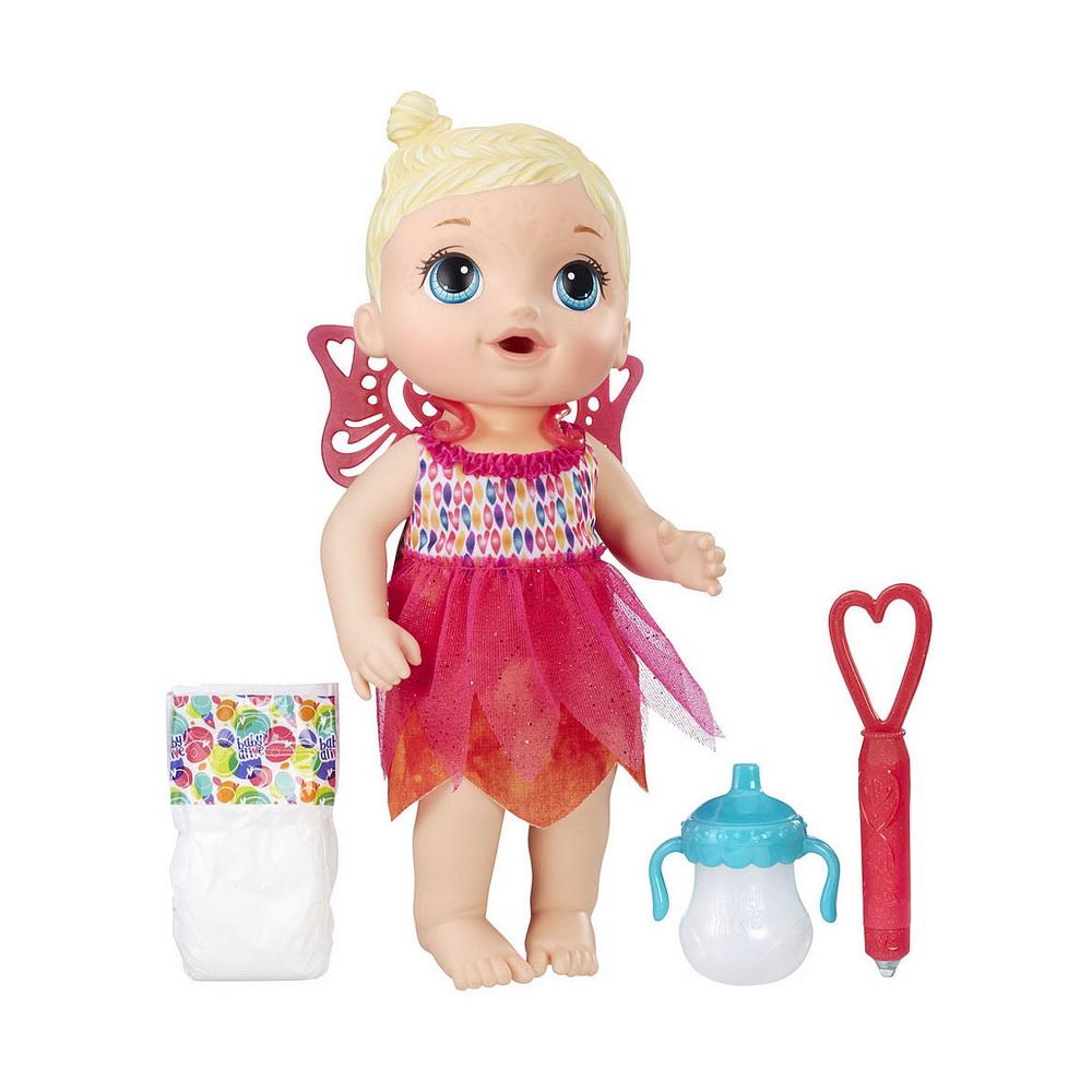 МАЛЫШКА - ФЕЯКукла Малышка-фея из серии Baby Alive от бренда Hasbro хоть и очень похожа на настоящего земного младенца, на самом деле является сказочным существом, за которым нужен тщательный уход! Очаровательная кукла-блондинка Face Paint Fairy одета в легкое платье с юбочкой, будто сотканной из лепестков цветов, а помимо этого в комплекте имеются также легкие розовые крылышки, которые можно прикреплять к спинке новорожденной феи! Малышка пьет воду из своей бутылочки, а затем писает в подгузник, как живой ребенок. После того, как кукла пописала, девочка может искупать ее или вытереть влажными салфетками и снова надеть памперс.Для игры с маленькой феей от компании Хасбро в комплекте имеется и еще один волшебный аксессуар - это ручка, с помощью которой можно рисовать на лице куклы красивые узоры! Для того, чтобы начать рисовать, необходимо залить в резервуар ручки небольшое количество ледяной воды. Удивительно, но для того, чтобы смыть нарисованные узоры, не нужно ни воды, ни мыла - достаточно лишь провести теплой ладошкой по лицу куклы, и рисунок исчезнет. Настоящая магия!<br>