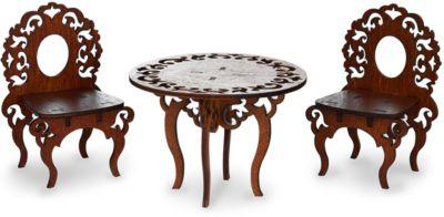 ЯиГрушка Мебель для кукол Стол и два стулаКомплект мебели из столика и двух стульчиков украсит обстановку гостиной!Стульчики и столик - гармоничный комплект мебели, выполненный в едином стиле. Ножки стульчиков и столика плавно изогнуты, а спинки и круглая столешница украшены изысканной резьбой.Здесь куколка сможет провести время с подружкой за чашечкой чая, любуясь прекрасным видом из окна.<br>