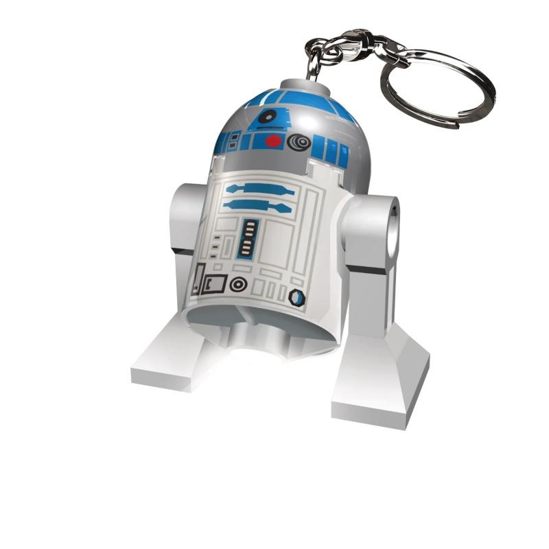 LGL-KE21 Брелок-фонарик для ключей LEGO Star Wars - R2-D2Замечательный брелок в виде знаменитого персонажа космической эпопеи «Звездные Войны» - R2-D2 обязательно понравится любому ребенку, увлекающемуся космосом. Забавный робот не только двигает ножками. Стоит лишь нажать ему на его живот, как на его ножках загорятся две ярких светодиодных лампочки.R2-D2, выполненный в знаменитом стиле LEGO, станет не просто необычным брелком, но и ярким фонариком.Игрушка сделана из высококачественной упрочненной пластмассы, а крепление и цепочка с кольцом на конце, выполнена из металла.<br>