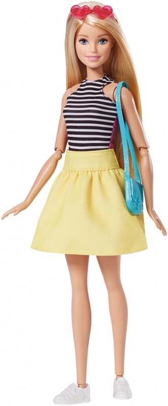 Barbie Куклы в платьях-трансформерах, в ассортиментеДневной облик Barbie® прост и изящен — модный топ в черно-белую полоску и ярко-желтая юбка. Белые кеды, очки-сердечки и синяя сумочка дополняют картину. Но когда придет время изменить стиль, выверни топ и расправь юбку: теперь она — звезда гламура в розовом! Добавь эффектного сиреневого — окуни комплект для покраски в холодную воду и расчеши волосы Barbie®. Теплая вода снова сделает ее блондинкой. Меняй цвет волос Barbie® снова и снова! В набор входят кукла Barbie® с волосами, меняющими цвет, и шарнирными локтями и лодыжками, платье-трансформер, 2 пары туфель, 2 сумочки, ожерелье, солнечные очки, расческа и комплект для окраски волос.<br>