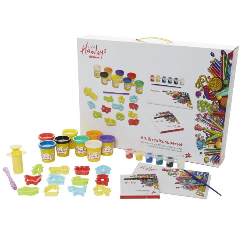 Набор для творчества Hamleys Большой (лепка+рисование)Готовьтесь к серьезной творческой деятельности с этим удивтельным супер-набором. Если Вам нравится творить, то Вы обязательно полюбите его. Большой набор для творчества подходит для серьезных начинающих художников и индивидуальных дизайнеров, а также содерждит все необходимое для полета их фантазии. Набор включает в себя: 8 баночек с тестом, шприц для теста, 12 формочек в виде людей и животных, 6 баночек разноцветной краски, кисточка, шпатель, коробка цветных карандашей 12 цветов и альбом для рисования Hamleys.<br>