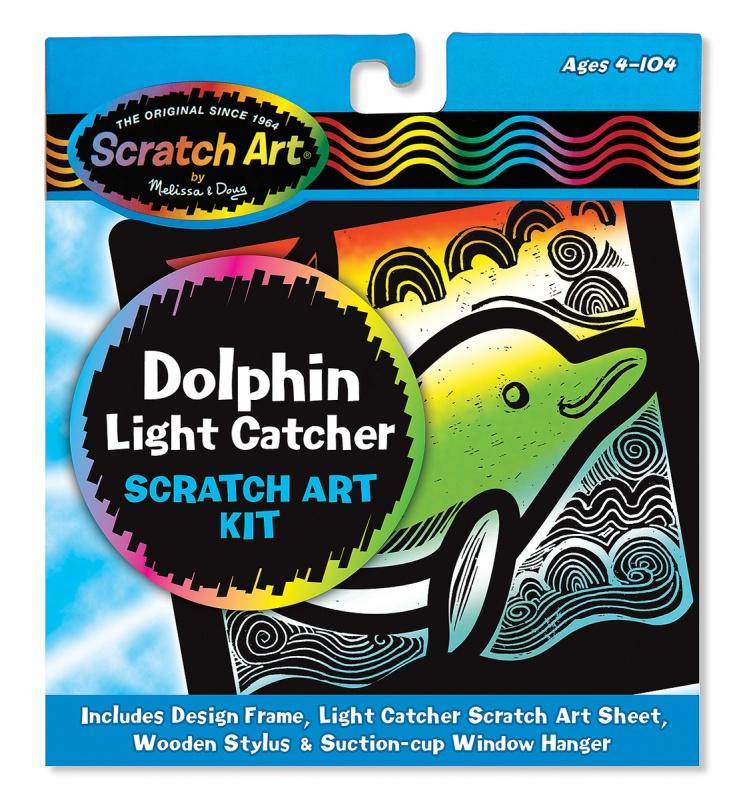 Витраж «Scratch Art Дельфин»Витраж «Scratch Art Дельфин» (Melissa&amp;Doug, 5890_md)Чтобы немного оживить и разнообразить интерьер детской комнаты, можно предложить ребенку своими руками создать красочный витраж, который украсит окно. Для этого ребенку надо лишь проявить немного аккуратности и внимательности, соскрёбывая верхний тёмный слой основы, на которой изображен дельфин на фоне бушующих волн.Особенности:- Чтобы увлечь детей интересным творческим процессом, предложите им познакомиться с уникальной техникой рисованияScratch Art из этого набора.- Для начала необходимо взять основу для витража с темным фоном и закрепить на нее шаблон, а потом обвести его и соседние участки стилусом.- Картинки перенесет ребенка на морское дно, где плавает красивый дельфин.- Готовая картинка удивят переливающимися на свету яркими красками и станет прекрасным украшением окна, если витраж подвесить на стекло с помощью специального приспособления из комплекта.- Такой увлекательный творческий процесс поможет не только разнообразить досуг детей, но и провести его с пользой для мелкой моторики рук и координации движений.Характеристики:Возраст: от 5 лет.Размер: 16 х 18 х 1 см.Вес: 0,1 кг.В комплекте: основа для витража, шаблон, подвеска, деревянный стилус.Материал: бумага, дерево.Производитель: Melissa&amp;Doug.Страна бренда: США.<br>