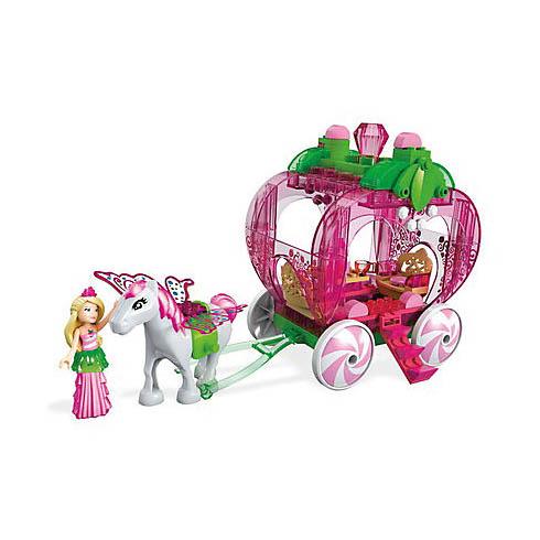 Барби клубничная каретаИгровой набор «Клубничная карета» предлагает девочкам прокатить куклу на карете, при желании можно взять и пассажиров. Детали набора изготовлены из пластика. Куколка одета в нарядное платье. Сюжетно-ролевая игра развивает фантазию и образное мышление, позволяет раскрыть творческий потенциал ребенка.<br>