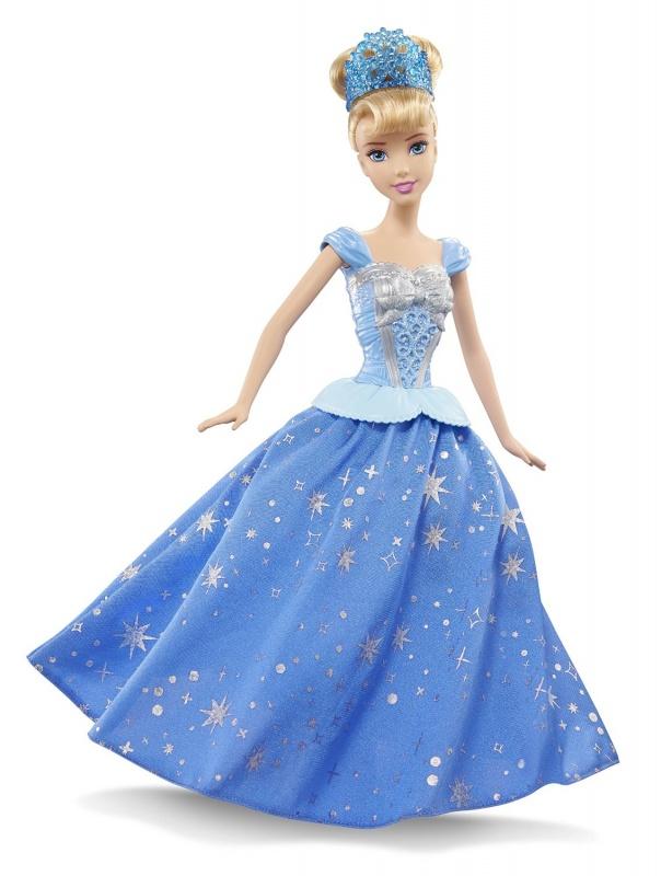 Кукла-принцесса Золушка с развевающейся юбкойКукла-принцесса Золушка с развевающейся юбкой - невероятно интересная и эффектная игрушка для всех поклонниц знаменитых Disney Princess! Особенность ее заключается в том, что это одна из немногих кукол, с которой юных принцесс ждет действительно динамичный и увлекательный игровой процесс!У Золушки по-настоящему развевается ее красивое синенькое платьице! Это происходит благодаря двум незаметным маленьким колесикам, которые расположены снизу в ножках. Как раз они и приводят в действие механизм, который молниеносно начинает раскручивать платье. Для этого надо просто взять куклу и покатить ее по ровной поверхности. Движение может осуществляться как вперед, так и назад. Выглядит это невероятно зрелищно и даже завораживающе!Наглядно рассмотреть принцип действия и увидеть, как у Золушки развевается ее чудесное платье, можно на представленном ниже видео.Обратите внимание, что для работы игрушки не требуются никакие батарейки! Раскручивание платья происходит исключительно механическим путем, благодаря колесикам.Возраст: от 3 летГерой: Принцесса Золушка / CinderellaДля девочекЦвет: сине-голубой (платье).Материалы: высококачественная пластмасса, текстиль.Размер упаковки: 21 х 7 х 32 см.Размер игрушки: 29 см.<br>