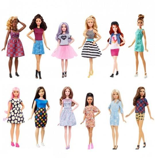 Кукла Игра с модой - БарбиКукла Барби из серии Игра с модой, представленная всемирно известным производителем детских игрушек Mattel, порадует девочку красотой, ярким нарядом и игровыми возможностями. У куклы длинные роскошные волосы, которые можно расчесывать, создавая новые и оригинальные прически. Игрушечная девушка - это миловидная красавица с живым взглядом и приветливым выражением лица. Барби из серии Игра с модой одета в летний наряд и стильные туфельки.Ребенку будет приятно получить в подарок модную подружку. Серия представлена множеством вариантов куклы Barbie, каждый из которых способен впечатлить девочку.<br>