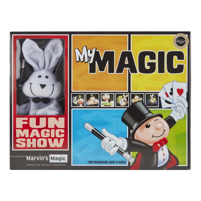 Набор Моя магия MARVINS (100 фокусов)Набор Моя магия MARVINS (100 фокусов) для юных волшебников старше шести лет откроет секрет завораживающего, удивительного, невероятного магического шоу. Несколько десятков отменных трюков предстоит выучить маленьким магам. Тренируйся и удивляй людей вокруг ловкостью своих рук. Быть может, именно с этого набора начнется карьера великого знаменитого на весь мир иллюзиониста! Как развлечь загрустившего друга? Покажи ему маленький чудесный фокус! Как это у тебя получается, спрашивают глазеющие зрители. Возможно, пока еще только воображаемые: идет репетиция показа самого сложного трюка из набора Моя магия MARVINS (100 фокусов). Подарив ребенку этот набор, возможно, вы найдете для него новое необычное хобби, которым он сможет увлечься в свободное время. Как здорово, когда в жизни есть место волшебству. Ведь, наблюдая за гениальными фокусами, даже осознавая, что это все ловкость рук, так легко поверить в чудо! Приобрести этот замечательный набор по доступной цене можно в фирменных магазинах Hamleys в Москве или Краснодаре. Также можно заказать доставку через официальный сайт.<br>