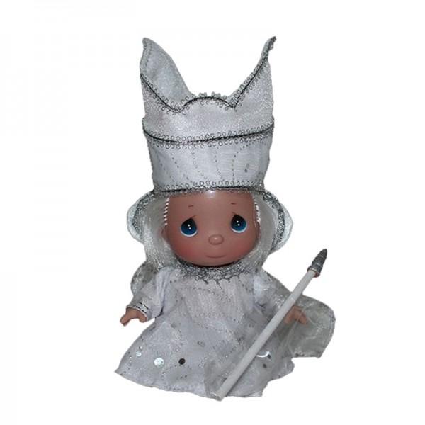 Кукла Precious Moments Снежная королева, 14 см.Кукла «Снежная Королева» станет отличным подарком для любого ребенка.Образ куклы тщательно продуман, заставляет любоваться и разглядывать каждую деталь.Выразительные черты лица куклы не оставят равнодушным ни одного малыша.Кукла одета в восхитительный наряд, который не перегружен деталями и декором, что особенно ценится коллекционерами.Кукла является коллекционной.Большинство современных кукол Precious Moments изготавливаются целиком из винила и имеют 3 базовые точки артикуляции.Волосы у кукол сделаны из качественного синтетического волокна или крученых ниток, если того требует образ.Размер: 14 см<br>