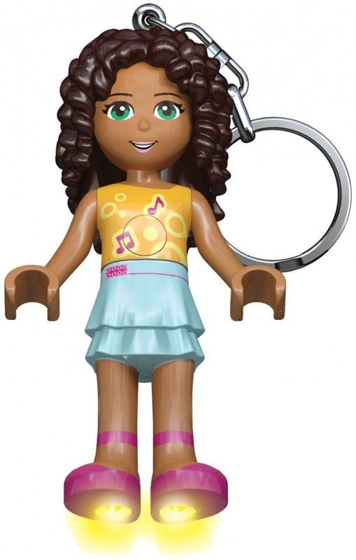 Брелок-фонарик для ключей Lego Friends - АндреаАндреа – красивая мулатка с зелеными глазами. Она любит петь и поет очень много. Еще она никогда не пропускает ни одно музыкальное шоу по телевизору. В общем – девушка хочет быть эстрадной звездой. Но если у нее ничего из этого не выйдет, то Андреа не потеряет смысл жизни – она довольно вкусно готовит и сумеет проявить себя как повар или кондитер.Брелок-фонарик лего подружки LGL-KE22A выполнен в виде минифигурки Андреа. Она одета голубую юбку и желтый топ, на котором нарисованы ноты. Кудрявые волосы распущены. На ногах – розовые туфельки.В стопы минифигурки встроены светодиоды, на груди находится кнопка включения фонарика. Для работы фонарика нужны 2 батарейки CR2025, они входят в комплект.<br>