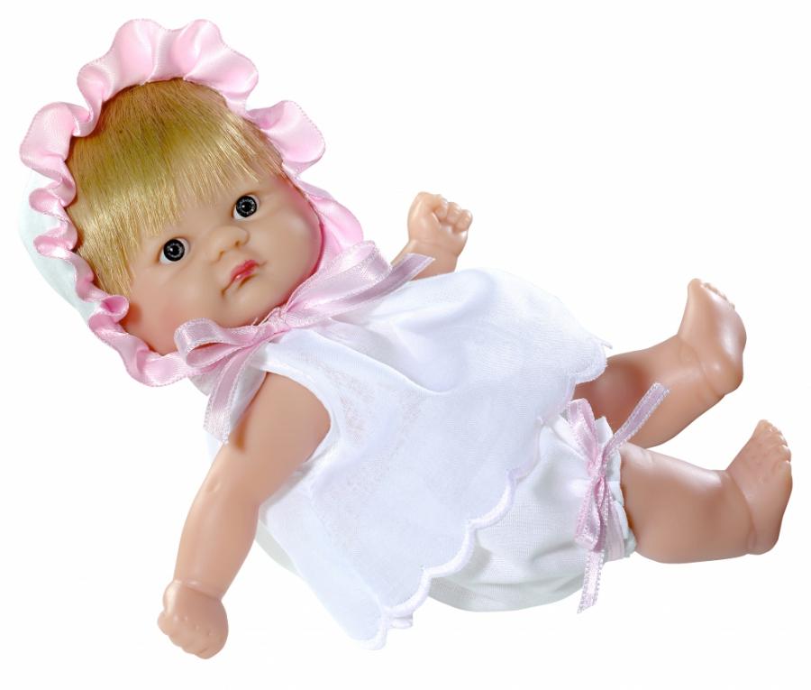 Кукла Asi Пупсик, 20 см.Эта очаровательная малышка из новой коллекции Кукольного Дома ASI станет любимой игрушкой детства для любой девочки! Благодаря тому, что пупсик сделан из высококачественного материала - эко-винила, пупса можно купать! Светловолосый пупсик, 20 см. одет в белую сорочку, шортики и чепчик с нежно-розовой оборкой по краям.<br>