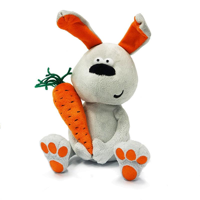 Мягкая игрушка Заяц с морковкой, 22 см«Заяц с морковкой» с легкостью завоюет сердца любителей мягких игрушек. Высота этого смешного зайчика составляет 22 сантиметра. Игрушка очень приятна на ощупь, она выполнена из нежного плюша и набита синтепоном. При необходимости зайца можно постирать в режиме деликатной стирки при температуре не выше тридцати градусов.<br>