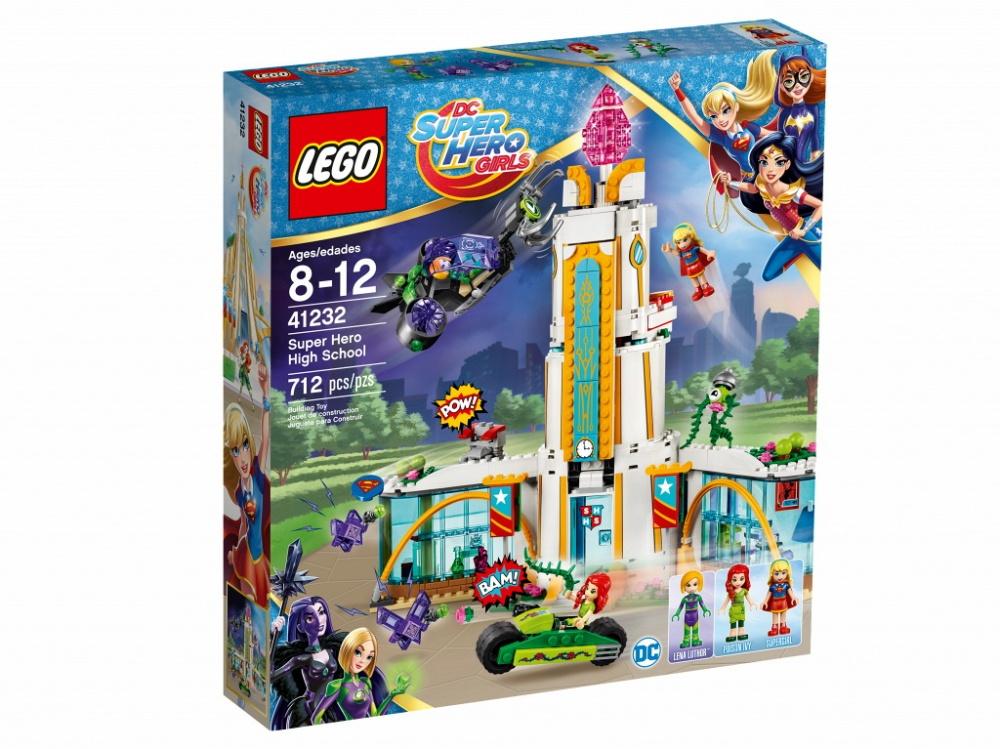 Конструктор Lego DC Super Hero Girls Школа супергероевОтправляйся в школу настоящих супергероев! Навести Фрэнки — растение, которое Ядовитый Плющ подкармливает специальной суперсмесью, чтобы оно могло менять свой облик. А затем немного поболтай в кафе с Супергёрл. Кажется, это был сигнал тревоги? Скорее включи сигнализацию и помоги Ядовитому Плющу и Супергёрл защитить таинственный аметист от Лены Лютор и её загипнотизированных фиолетовых Криптомитов!Информация о набореАртикул: 41232Производитель: LEGOКол-во деталей: 712Фигурок: 3Год выпуска: 2017<br>