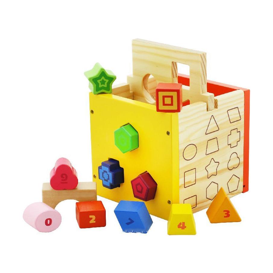Деревянный куб-сортерДеревянный куб-сортер от Vulpi с прорезями для различных геометрических фигур - игрушка, которая состоит из двух частей: - Деревянного куба, имеющего на четырех гранях по три выемки разной формы. - Двенадцать разноцветных фигур с номерами. С помощью куба-сортера ребенок научится различать формы, цвета и цифры. Деревянная игрушка-сортер помогает развивать мелкую моторику, память и логику.<br>