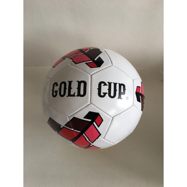 Матовый футбольный мяч Gold CupФутбольный мяч Gold Cup сделан из прочного однослойного ПВХ-материала, поэтому его можно смело брать на важный матч. На поверхность белого меча нанесены узоры, состоящие из геометрических фигур, окрашенных в красный и черный цвета. Диаметр мяча соответствует размеру - 5, поэтому он идеально подходит для игры. В комплект также входят иголка для надувания мяча, а также сетка для удобного хранения и транспортировки.<br>