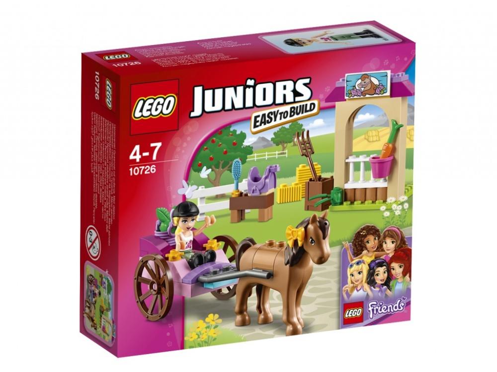 Конструктор Lego Juniors Карета СтефаниСоставь Стефани из LEGO Friends и её лошадке Шоколадке компанию в забавных путешествиях! Помоги Стефани запрячь свою любимицу в повозку, отправляйся в сад и собери целую корзину яблок. Когда вернешься, отведи Шоколадку в конюшню и покорми её. Не забудь хорошенько почистить её щеткой, вплети бант в гриву и сгреби рассыпанное сено. Потом оседлай лошадку и отправляйся на увлекательную прогулку по Хартлейк-Сити вместе со своими друзьями!<br>