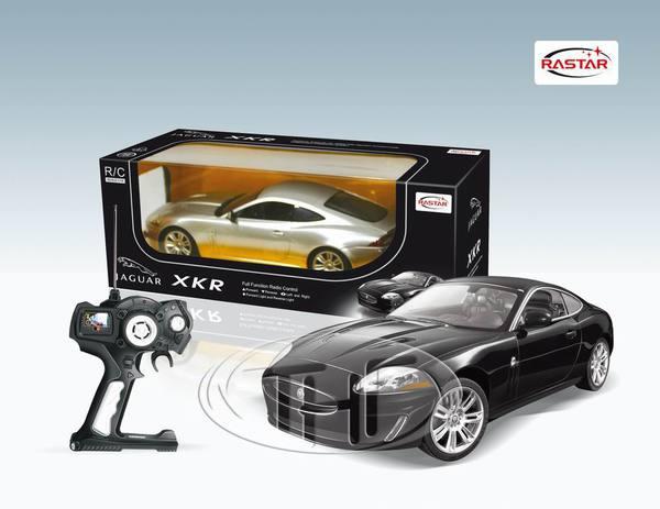 Машина р/у 1:14 Jaguar XKRМодель автомобиля Jaguar XKR на радиоуправлении выполнена в масштабе 1/14. Управлять машинкой очень легко: специальной формы пульт удобно ложится в ладонь, а назначения всех кнопок интуитивно понятны.Машинка может двигаться вперед и давать задний ход, поворачивать вправо или влево. Во время езды у нее можно включить фары.<br>
