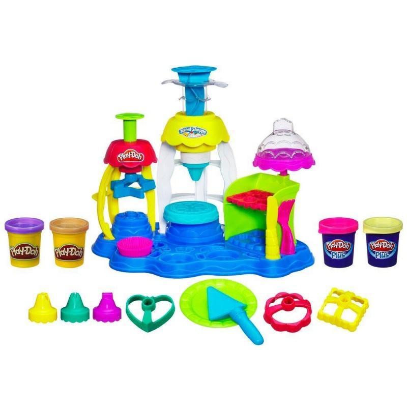 Play-Doh Игровой набор Фабрика пирожныхС помощью Play-Doh Plus создавай более реалистичные детали сладостей при меньших усилиях. Розочки, цветочки, фигурки - что пожелаешь. А благодаря фабрике и множеству формочек, входящих в комплект, ты сможешь слепить всевозможные пирожные, печенья и другие угощения!<br>
