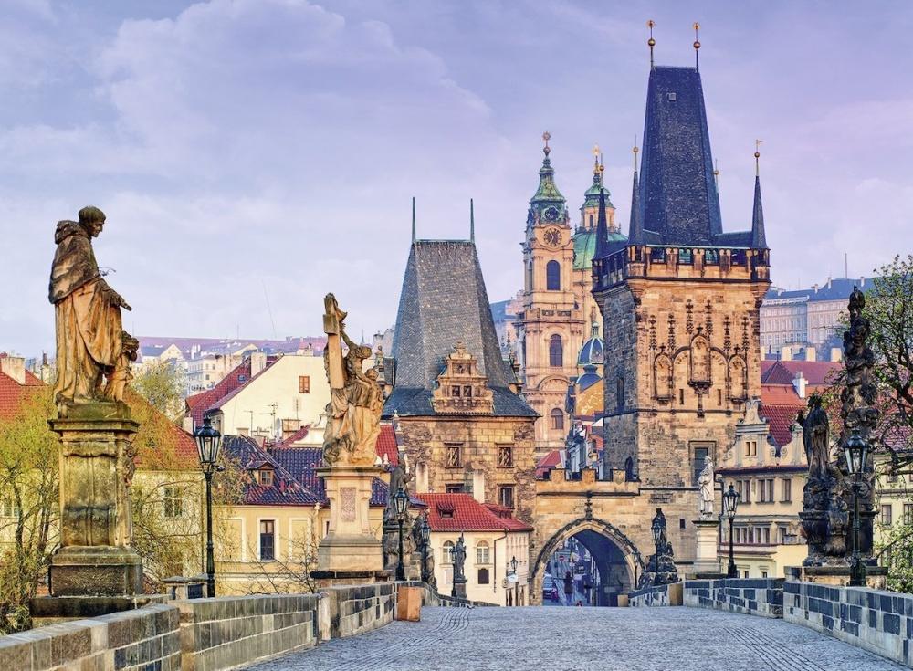 Пазл Ravensburger Красоты ПрагиКартонный пазл фирмы Ravensburger состоит из 300 частей. На рисунке изображена столица Чехии — Прага. Здесь вид города открывается с моста, который по бокам обставлен различными высокими статуями. Видны постройки разных стилей, как обычных жилых домов, так и достопримечательностей. Вся картина хорошо освещена, чтобы можно было рассмотреть каждый кусочек камня красивого города.<br>