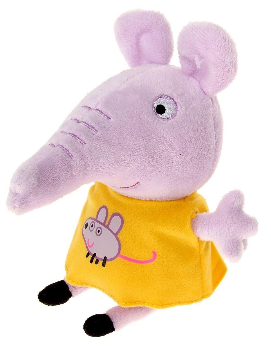 Мягкая игрушка «Эмили с мышкой», Peppa PigЭмили - это подружка Пеппы, с которой она познакомилась в детском саду. Слоненок превосходно умеет строить башенки из кубиков, обожает прыгать по лужам, как и все детки из группы детского садика популярной свинки.Мягкая игрушка полностью повторяет образ героини мультфильма. Она одета в желтое платьице, на котором нарисована забавная мышка. Этот наряд очень идет стеснительному слоненку, ведь он подчеркивает ее необычный цвет плюшевой шерстки.<br>