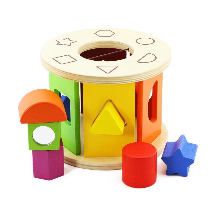 Деревянный сортер КолесоДеревянный сортер Vulpi Колесо- игрушка для развития мелкой моторики, логического мышления и прекрасное пособие для изучения цветов и геометрических форм. Игрушка сортер помогает развивать ребенка, знакомить с такими геометрическими фигурами, как круг, полукруг, треугольник, квадрат, пятиконечная звезда и шестиугольник. При движении колесо издает звуки.<br>