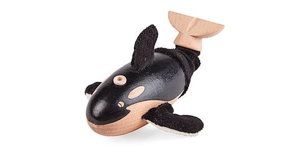Anamalz Косатик OR2010 Приключения и ПутешествияКосатки - опасные хищники арктических вод, однако компания AnaMalz позаботилась, чтобы этот игрушечный касатик выглядел мило и дружелюбно. Такая игрушка будет особенно популярной среди детей возрастом от 3 лет. Она поможет развить мелкую моторику во время игры, а также воображение и внимание. Косатка изготовлена из дерева и раскрашена вручную специальными безопасными для детей красками.<br>