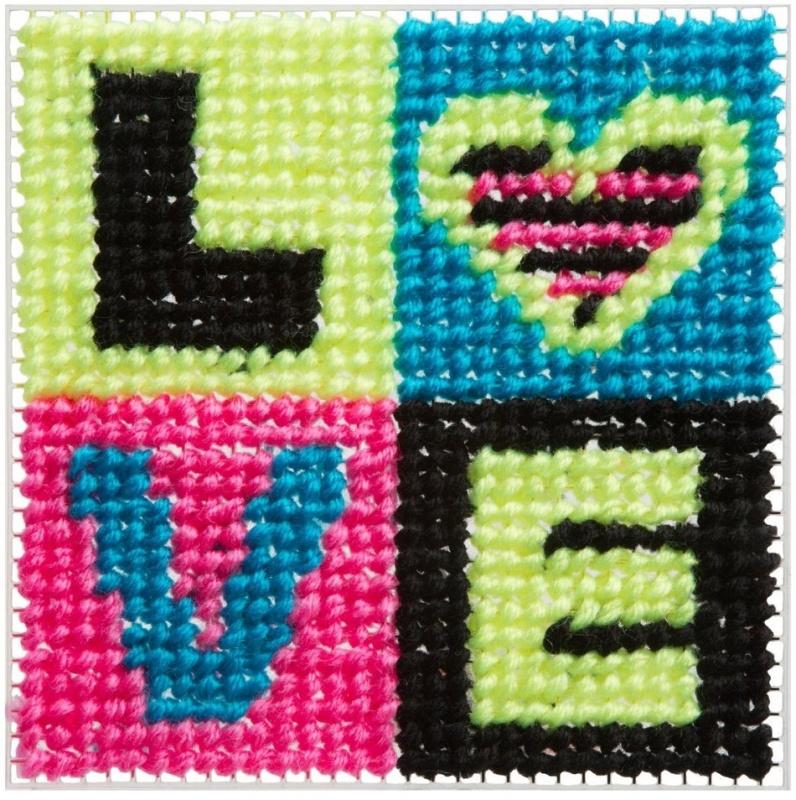 Набор для вышивания Alex ЛюбовьНабор для вышивания крестиком Любовь - это отличный способ проявить свои навыки в рукоделии. Специальные рамочки-сеточки следует обвязать разноцветными нитками и получить симпатичную картинку со словом LOVE. Для большего удобства на рамках имеется рисунок будущей картинки, который послужит трафаретом.<br>