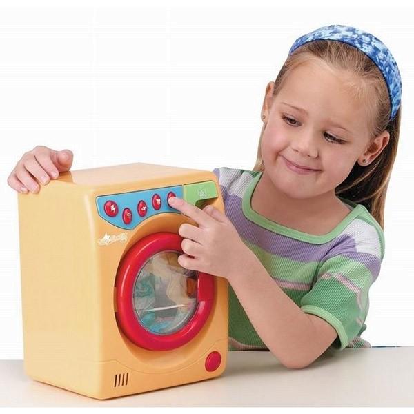 Игровой набор Стиральная машина с утюгомДетский набор игровой - Стиральная машина с утюгом, Playgo, Play 3256.Игровой набор «Стиральная машина с утюгом» оснащен световыми и звуковыми эффектами, которые сделают игру реалистичнее и интереснее.Машинка для стирки оснащена контейнером для порошка, открывающейся дверцей, сушкой, кнопкой запуска стирки.Стиральная машина имеет пять кнопок для разных функций:- кнопка включения и выключения (молния);- кнопка, запускающая имитацию звука заливки воды  (душ);- кнопка для сушки (футболка и воздух);- кнопка для стирки (футболка стрелочки);- кнопка полного цикла стирки (стрелочки).С правой стороны расположен отсек для добавления стирального порошка.Стоит отметить то, что машинка для стирки будет работать только тогда, когда дверца закрыта.В стиральной машине крутится барабан.Утюг, входящий в комплект, оснащён подсветкой, кнопкой для распыления воды (брызгает водой) и кнопкой для регулировки выбора ткани.Для работы утюга необходимо наличие 3 батареек типа АА, а для стиральной машины необходимы 3 батарейки типа С.<br>