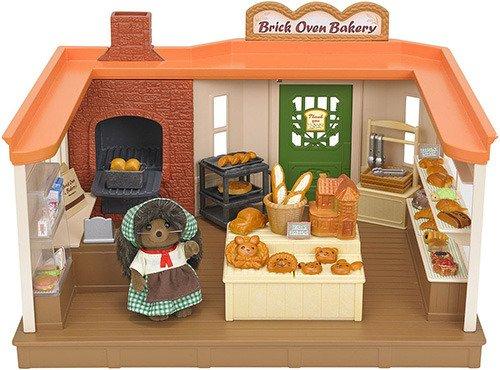Игровой набор Sylvanian Families ПекарняКто не любит запах свежеиспеченного хлеба? Все жители в Сильвании каждый день заглядывают в Пекарню к маме ежихе, чтобы купить румяной выпечки.В набор входят: здание пекарни, фигурка мамы ежихи в униформе, прилавок, витрина, каталка, противни и формы для выпечки, кассовый аппарат, ингредиенты для выпечки хлеба, хлебо-булочные изделия различных форм. В наборе более 50 предметов.<br>