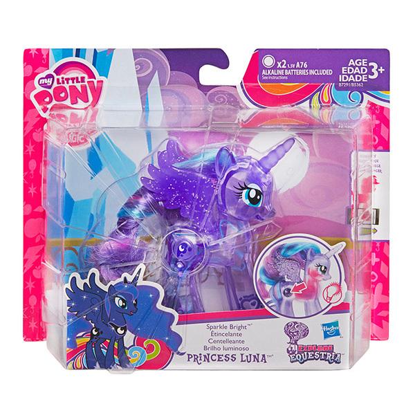 My Little Pony Пони Сияющие принцессы в ассортиментеНабор из сияющих принцесс (Прицнссы Луна и Каденс, Твайлайт Спаркл и Селестия). Принцессы светятся, а их прекрасную гриву можно расчесывать расческой. Отсканируйте специальный код своим мобильным устройством, и откройте новые функции в игровом мобильном приложении My Little Pony.<br>