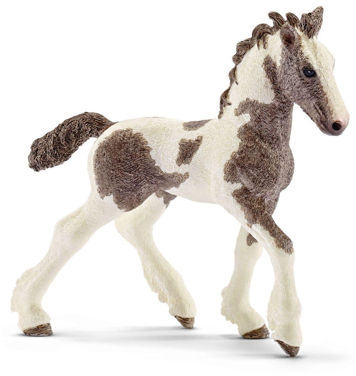 Жеребёнок ТинкерТинкер - порода удивительных лошадей, которая в последние годы приобретает стремительную популярность в мире. Известно, что цыгане всегда были отличными всадниками и знатоками лошадей, умеющими обращаться с любыми из них. Помимо всего прочего они оставили миру породу симпатичных лохматых лошадей.Тинкер - лошадь среднего роста, широкотелая. Голова массивная, имеет бородку и горбатый профиль. Грива и хвост - очень густые и пышные. Шея короткая и сильная, плечи мощные, спина прямая, круп сильный. Ноги сильные и крепкие, копыта очень прочные.Тинкер - универсальная лошадь, одинаково успешно ходящая под седлом и в упряжке. Они имеют очень удобные, мягкие аллюры. Однако они быстро устают на галопе. Тинкер - хорошая лошадь для начинающего всадника. Он флегматичен и спокоен.Яркая красивая фигурка жеребенка обязательно понравится как детям, так и опытным коллекционерам.<br>