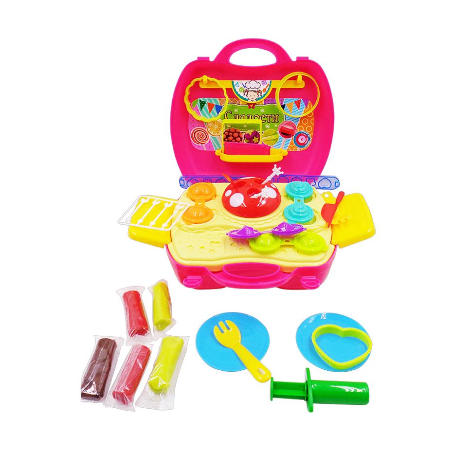 Чудо-чемоданчик. Сладости, масса для лепки, 5 упаковок разных цветов в наборе с игровым полем и аксеНабор для лепки Сладости от бренда ABtoys включает в себя все необходимое, чтобы ребенок смог попрактиковаться в изготовлении десертов из пластилина. В комплект входят 5 брусочков пластилина 3 разных цветов, из которых ребенок сможет сделать леденцы. А помогут ему в этом специальные формы и набор палочек. Все предметы набора, которых насчитывается 41 штука, упакованы в чемоданчик, благодаря чему их будет удобно переносить все разом.<br>