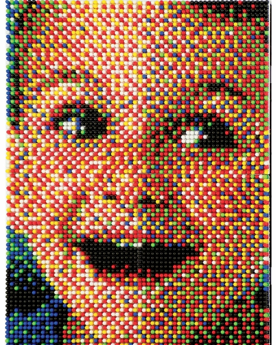 Пазл Quercetti ФотоМозаика Quercetti Фантастические цвета для занятий мозаикой разовьет мелкую моторику пальцев, цветовосприятие и творческие способности ребенка. В набор входит: доска (28 х 20 см) 160 фишек (15 мм) удобный кейс для их хранения и переноски. Оригинальный кейс имеет не только подставку для установки дощечки в наклонное положение и две удобные ручки для переноски, но и специальную рамку с отверстиями для фишек, на которой малыш тоже сможет создавать узоры<br>