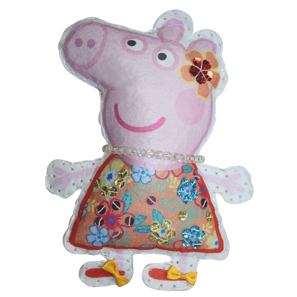 Шьем игрушку из фетра Пеппа на отдыхе, Peppa PigНабор для шитья игрушки Пеппа на отдыхе из серии Свинка Пеппа от торговой марки Росмэн может надолго завладеть вниманием многих девочек. Данный набор позволит ребенку создать дизайнерскую игрушку своими руками. В наборе имеются фетровые детали, которые необходимо сшить, а затем заполнить набивкой. Игрушку можно украсить бусинками, пайетками и бантиками.<br>