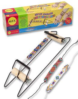 Фенечки из бусин (набор для плетения на станке) Индийские узорыКомпактный удобный ткацкий станок для плетения фенечек из бисера. Изобретайте узоры и плетите украшения! В наборе станок, бисер и простая инструкция. Для детей от 8и лет.<br>