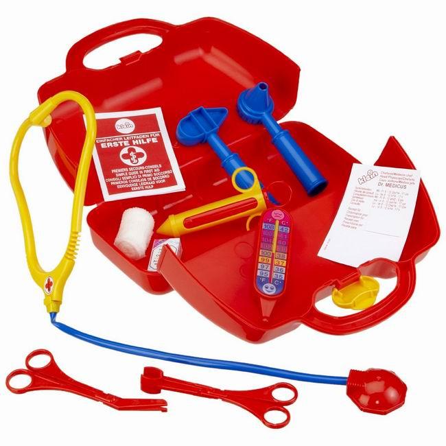 Набор доктора в красном чемоданчике (9 предм)Игра в доктора — одна из самых любимых ролевых игр у детей. С этим набором каждый сможет побыть врачом, познакомиться с инструментами и узнать их назначение. Игра также помогает преодолеть страх перед посещением больницы. В красном саквояже с замочком и удобной ручкой сложены инструменты доктора: стетоскоп, градусник, шприц, молоточек, ножницы, бинт, бланки и прочее. Всего 9 предметов и рецепты.Инструменты изготовлены из прочной пластмассы, они безопасны для детей и удобны для игры<br>