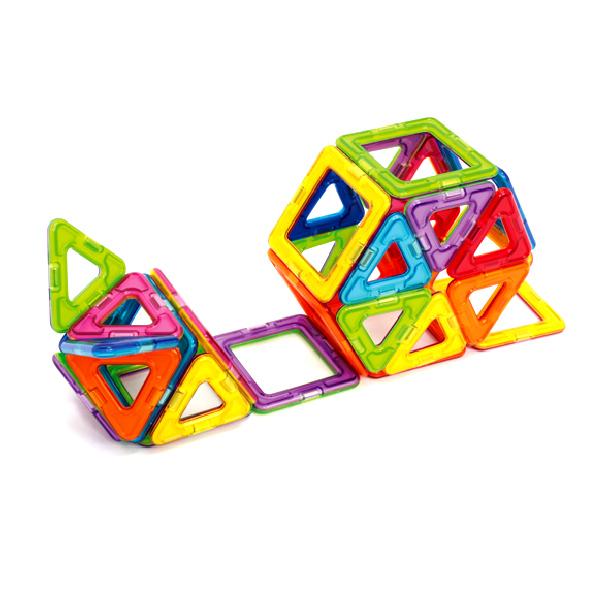 Магнитный конструктор Magformers 62 детали«Magformers 62» привлекателен большим количеством деталей. Можно строить одновременно разные фигуры, не разрушая при этом предыдущие. В комплект входят квадраты, треугольники и пятиугольники. С таким набором деталей ребенок может делать технические постройки, животных и более сложные шары, которые начинаются с пятиугольников, и, при постепенном добавлении квадратов и треугольников, превращаются во что-то сказочное и необычное. Совсем малыши смогут создавать аппликации на плоскости: на полу, на магнитной доске или, например, на холодильнике. Также им будет интересно ломать башни и кубики, которые смогут сделать для него его родители. Причем это будет совсем безопасно, так как пораниться или проглотить детали малыш не сможет. Более взрослые дети могут воспользоваться книгой идей: там они смогут найти много того, что можно создать с помощью набора Magformers 62: различные домики, башни, ракета, корабль, шары, микрофон и многое другое. Освоив эту книгу, ваш ребенок поймет принципы работы с конструктором и дальше сможет создавать свои уникальные творения. Набор станет прекрасным подарком Вашему малышу независимо от того, новичок ли он, или же опытный строитель, мечтающий пополнить свои запасы.<br>