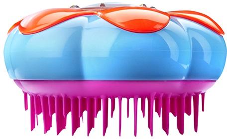 Расческа Tangle Teezer, фиолетоваяБританский специалист по волосам Шон Палфри создал Tangle Teezer специально для расчёсывания мокрых, сильно путающихся, очень густых или кудрявых волос. Инновационная технология заключается в расположенных особым образом гибких зубцов расчески, позволяющих минимизировать ущерб при расчесывании, благодаря этому кончики не обламываются, меньше секутся и дольше не запутываются.<br>