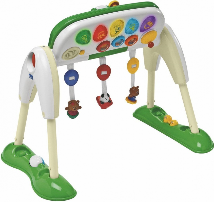 Игровой гимнастический центр Chicco Deluxe 3 в 1Игровой гимнастический центр Deluxe может использоваться в трех разных позициях. Каждая из них соответствует определенному возрастному промежутку развития ребенка, так что такой комплекс будет очень полезен подрастающему малышу в течение длительного времени.Начиная с 3-х месяцев ребенок играет с центром, находясь под ним. Игровая панель поворачивается боком. При этом размещенные на панели элементы развлекают его, а также он может пытаться дотягиваться до них.Начиная с 9 месяцев ребенку можно играть с центром в положении сидя. Для этого игровой столик опускается. Множество музыкальных и интерактивных элементов на панели развлекут малыша.Ребенок, которому уже больше 1 года, сможет играть с центром стоя. Для этого ножки столика просто необходимо удлинить. Все манипуляции с центром просты для родителей и чрезвычайно увлекательны для малыша.Среди развивающих игрушек, которые присутствуют на панели — маленькое пианино с мелодиями и огоньками, развивающая книжка с плотными страницами, 3 обучающие формы, вращающийся ролик и другое. Благодаря тому, что столешница поворачивается и оснащена игрушками со всех сторон, ребенок сможет поиграть с разными элементами.<br>