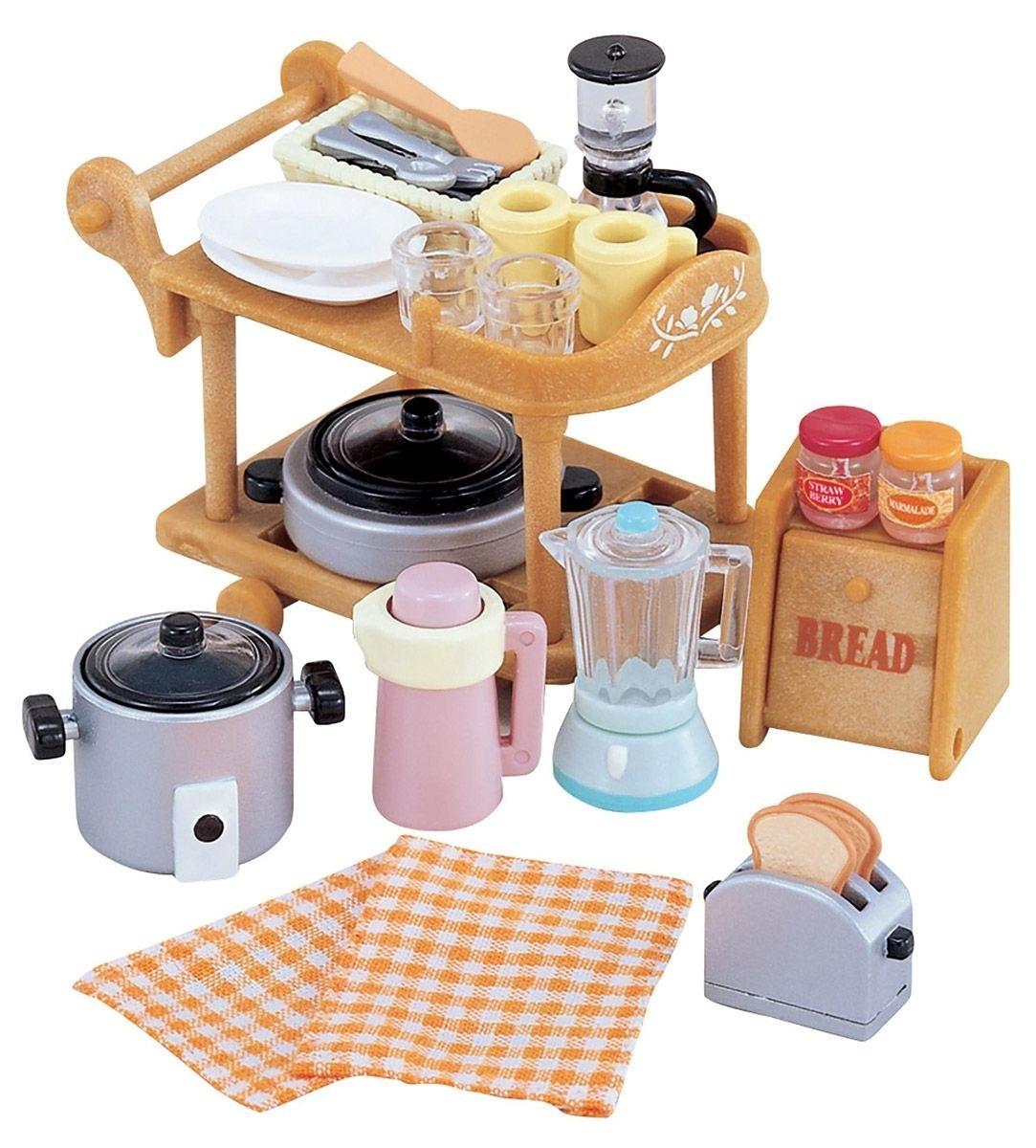 Набор Кухонная посудаИгровой набор Sylvanian Families Кухонная посуда привлечет внимание вашей малышки и не позволит ей скучать. Набор включает в себя тележку для кухонной посуды, кастрюли, блендер, тостер, хлебницу и другие кухонные приборы и принадлежности. Ваша малышка будет часами играть с набором, придумывая различные истории. Sylvanian Families - это целый мир маленьких жителей, объединенных общей легендой. Жители страны Sylvanian Families - это кролики, белки, медведи, лисы и многие другие. У каждого из них есть дом, в котором есть все необходимое для счастливой жизни. В городе, где живут герои, есть школа, больница, рынок, пекарня, детский сад и множество других полезных объектов. Жители этой страны живут семьями, в каждой из которой есть дети. В домах Sylvanian Families царит уют и гармония. Домашние животные радуют хозяев. Здесь продумана каждая мелочь, от одежды до мебели и аксессуаров. Характеристики: Материал: пластик, текстиль.Размер тележки (ДхШхВ): 6 см х 4,5 см х 4,5 см.<br>
