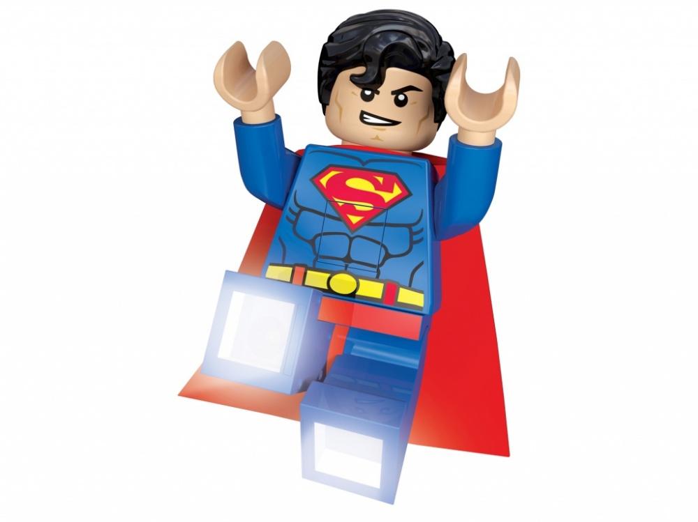 Фонарик-ночник Lego Super ManФонарик-ночник выполнен в стиле серии Super Heroes и представляет собой яркую мини-фигурку. Прочная круглая подставка фонарика-ночника будет надежно стоять на любой поверхности. Для удобства в ночник встроен механизм, который автоматически отключает свет через полчаса непрерывной работы, обычно этого времени хватает для того, чтобы малыш погрузился в сладкий и крепкий сон. Внешний вид ночника обязательно понравится ребенку, ведь он выполнен в виде классической мини-фигурки Лего, которую можно снять с подставки и использовать как игрушку. Мини-фигурка имеет двигающиеся конечности, а в ее ступни встроены яркие светодиоды, которые можно активировать и использовать их в качестве фонарика.<br>