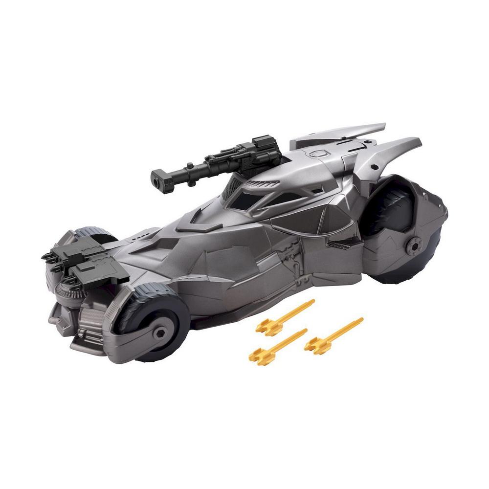 Лига Справедливости (фильм) Бэтмобиль для фигурок 6 дюймовМодель автомобиля DC Comics Бэтмобиль порадует не только ребенка, но и взрослого поклонника знаменитого супергероя. Машинка выполенна из прочного пластика и представляет собой точную копию Бэтмобиля из фильма Лига Справедливости. Модель оснащена 4 крупными колесиками с рельефом, который обеспечивает превосходное сцепление с любой поверхностью. Пушка, установленная на крыше автомобиля, поднимается, при этом кабина машинки открывается, а внутрь можно посадить фигурку любимого героя. В комплект входят 4 снаряда для пушки. Модель приятно удивит вас высоким качеством и вниманием к деталям. Машинка оснащена инерционным механизмом - достаточно откатить ее назад, а затем отпустить - и она быстро поедет вперед. Оригинальная машинка станет украшением любой коллекции, а также любимой игрушкой малыша, ведь ее так весело катать, разыгрывая различные истории.<br>