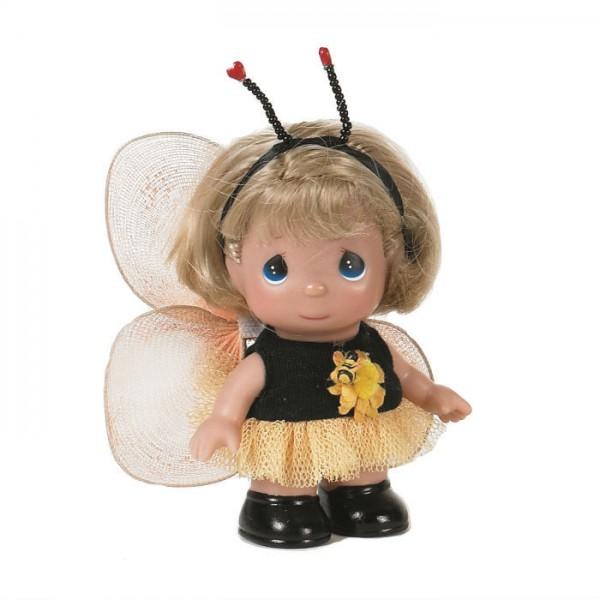 Кукла Precious Moments Mini Пчелка, 14 см.Удивительная коллекционная кукла не оставит равнодушным ни одного ценителя прекрасного!Большинство современных кукол Precious Moments изготавливаются целиком из винила и имеют 3 базовые точки артикуляции.Волосы у кукол сделаны из качественного синтетического волокна или крученых ниток, если того требует образ.Куклы одеты в нарядные костюмы, не перегруженные деталями и декором, однако выполненные с тем вниманием к нюансам, которое столь высоко ценится коллекционерами.Высота куклы: 14 см.<br>