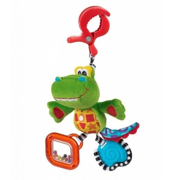Playgro Игрушка-подвеска Крокодильчик 0182855Мягкая игрушка Крокодильчик от фирмы Playgro обязательно понравится вашему малышу. Игрушка имеет удобную прищепку, чтобы можно было прикрепить ее к сидению, коляске или кроватке. Внутри подвески имеется погремушка, которая весело озвучит игру ребенка с ней. Игрушка уже с первых дней покажет, насколько она полезна, ведь она поможет развить все чувства: моторику, зрительную координацию, слух, а также причинно-следственные связи. Все это возможно благодаря различным фактурам на лапках, прорезывателю и контрастной расцветке.<br>