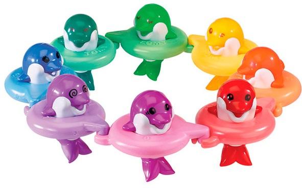 Игрушка Друзья-ДельфиныКрасивая, яркая и занимательная игрушка для ванной друзья-дельфины «До-ре-ми» займёт Вашего ребёнка во время купания и поспособствует развитию музыкального слуха. Дельфинчиков, как и нот, семь штук, каждый из них проигрывает свою ноту при нажатии на кнопку-хохолок, который находится у дельфинчика на голове. Каждая игрушка из набора имеет свой собственный цвет, поэтому Ваш малыш может изучать не только ноты, но и цвета. Дельфинчики отлично держатся на воде благодаря надувным кругам для плавания. Круги имеют крепления, с помощью которых игрушки можно соединять между собой, составляя длинную цепочку или кружок. Яркий хоровод музыкальных дельфинчиков непременно понравится Вашему малышу!<br>