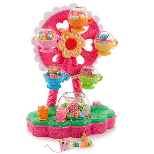 Игровой набор Lalaloopsy Карусель,  для создания украшений из бусинокОтличный набор, сочетающий игровые элементы и творчество, позволит Вашей юной мастерице создавать уникальные авторские аксессуары из цветных бусин легко и с удовольствием! Разноцветная карусель с кабинками в виде кофейных чашечек – это не только веселый аттракцион для малюток Лалалупси, но и инструмент для создания яркой красивой бижутерии – браслетов, подвесок и бус.В комплект входит:Карусель;300 бусин пяти разных цветов;Две катушки ниток;Три фигурки лалалупси;Фигурка кошечки.<br>