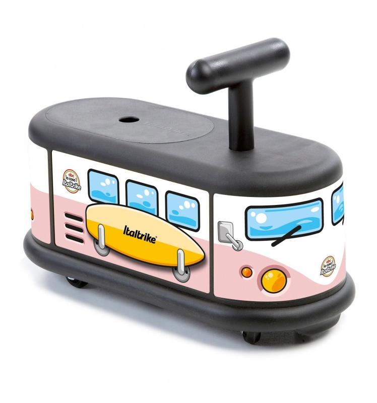 Каталка ТрамвайПервый «взрослый» транспортКаталка-трамвай от компании Italtrike доставит вашему малышу невероятное удовольствие, ведь теперь он сможет передвигаться по дорогам без помощи мамы и папы. Это первый настоящий транспорт для ребенка, который подходит детям от 1 года. Первое, что привлечет внимание малыша, - яркое и интересное оформление, а дальше он сможет по достоинству оценить все удобства каталки. Модель позволит ребенку развиваться физически, тренировать ноги и контролировать свои движения.Качество и комфортКаталка имеет широкое сидение, на котором можно удобно расположиться во время движения. Небольшая ручка позволит малышу держаться уверенно и более точно контролировать ход транспорта.  Для максимальной маневренности передние колеса вращаются на 360 градусов. Прорезиненная основа делает ход каталки тихим. Сам транспорт изготовлен из прочного пластика. Максимальная нагрузка – 50 кг.Заказ и оплатаКупить каталку-трамвай можно как на сайте, так и в розничных магазинах Hamleys. Также возможно оформить курьерскую доставку в любой город России. Оплатить покупку в Москве, области и Санкт-Петербурге можно при помощи наличного и безналичного расчета, для жителей других городов предусмотрен наложенный платеж.<br>