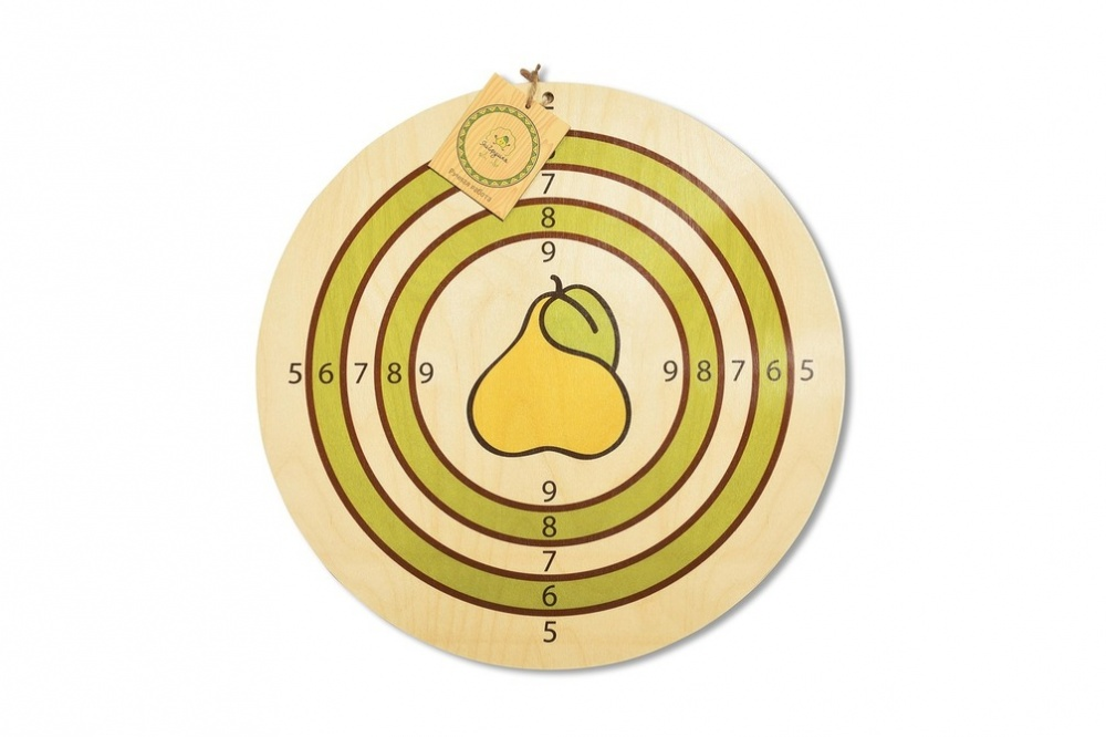 Мишень, 45 смМишень от бренда ЯиГрушка выполнена из фанеры. Она разделена на зоны, попадание в которые насчитывает указанное количество очков. Центром данной мишени является отнюдь не яблочко, а груша, что выглядит весьма необычно. С мишенью можно тренироваться в ловкости и меткости, выстреливая в нее снарядами на присосках или обычными дротиками. Материал игрушки является долговечным, а лицевая сторона аккуратно расписана вручную.<br>