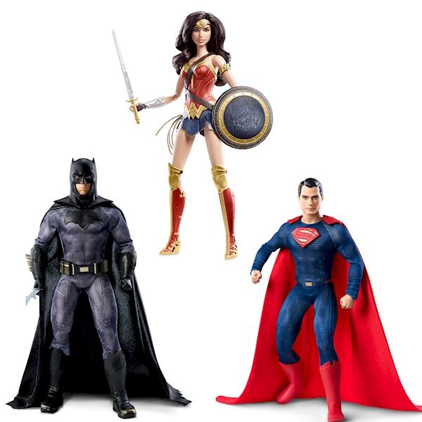 Коллекционная кукла Бэтмен против Супермена, 27 см.Известная компания по производству игрушек Matell представляет коллекционную куклу Barbie, являющуюся прототипом героя фильма Бэтмен против Супермена: На заре справедливости. Игрушка высотой 27 см максимально точно повторяет внешний вид киногероя: одежда и аксессуары коллекционной куклы являются точной копией костюмов, используемых в фильме. Игрушку отличает тщательно проработанная мускулатура и высокая детализация, таким образом легко заметить сходство кукол с актерами из фильма. Голова куклы поворачивается в разные стороны, ноги и руки шарнирные, сгибаются в коленях и локтях.Кукла Чудо-Женщина одета в типичную для амазонок одежду, на ногах высокие элегантные сапоги, а на голове повязка воинственной принцессы. Амазонка держит в руках щит и меч, на руки надеты пуленепробиваемые браслеты. Длинные волосы Чудо-Женщины можно расчесывать и укладывать.Кукла Бэтмен выполнена в соответствующем стиле - темно-серый облегающий костюм, черный плащ, сапоги и ремень. А эмблема в виде летучей мыши на груди и таинственная маска, которую можно снять, подчеркивают неординарность киногероя.Внешний облик куклы Супермен абсолютно идентичен экранному образу. Облегающий синий костюм, красный плащ и высокие сапоги выполнены с максимальной точностью. А нашивка-эмблема в виде буквы S завершает образ известного киногероя.Кукла Barbie - Бэтмен против Супермена: На заре справедливости несомненно станет отличным украшением коллекции.Внимание! Игрушка представлена в ассортименте. Цена указана за 1 куклу. Доступные виды: Чудо-Женщина / Бэтмен / Супермен. Указывайте желаемый вид игрушки при оформлении заказа.Возраст: от 3 до 12 летГерой: СупергероиДля мальчиков и девочекКомплектация: 1 кукла.Материалы: пластик, текстиль.Размер упаковки: 33 х 18 х 9 см.Размер игрушки: 27 см.<br>