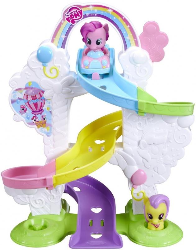 Игровой набор Mlp Preschool Пинки ПайНеобычная форма этого транспортного средства несомненно привлечет внимание, ведь сделан он в виде розового лебедя с грациозно изогнутой шеей и с торчащими назад крылышками, образующими изящное декоративное оформление трамвайчика. На голове лебедя красуется корона, поэтому Пинки Пай сможет представить себя настоящей принцессой, следующей на прогулку в королевском транспорте.<br>